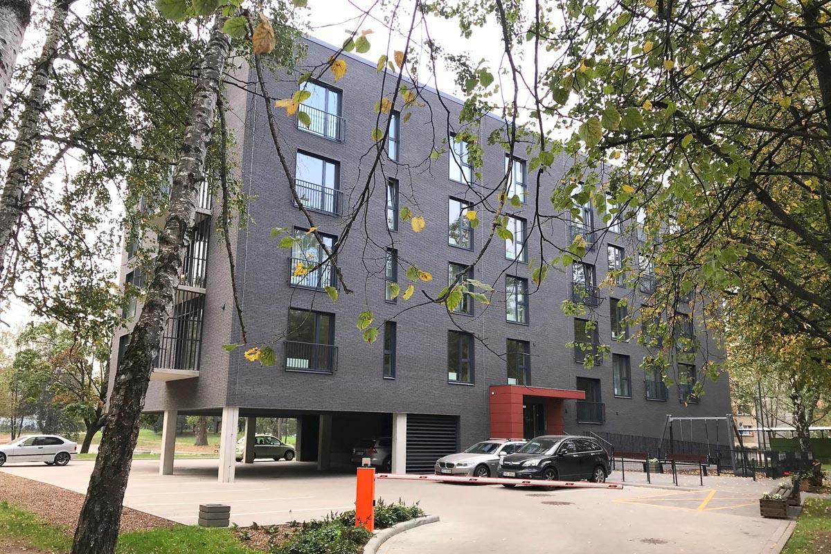 Piecstāvu daudzdzīvokļu ēkas būvprojekts Āgenskalna ielā 24 Rīgā ar ķieģeļu fasādes apdari un Āgenskalna Priedēm raksturīgu arhitektūras valodu