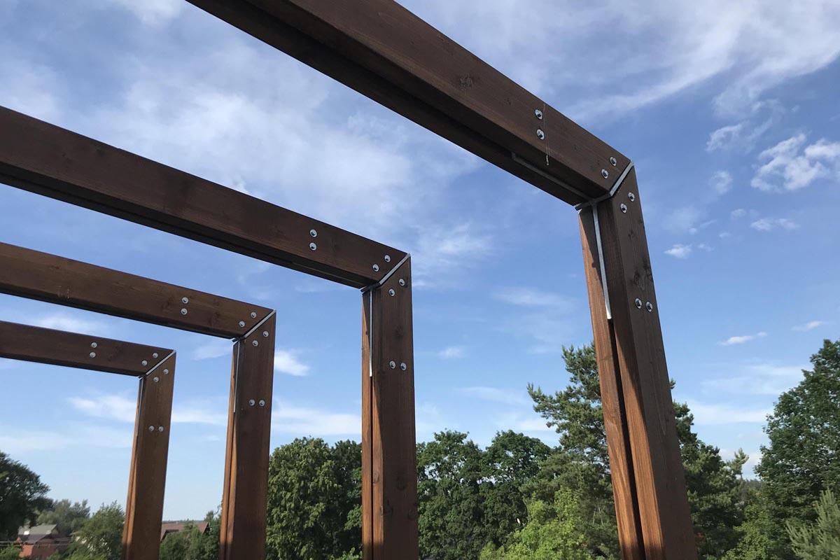 Pergolas koka detaļu savienojuma mezgla dizains ar metāla leņķa profilu
