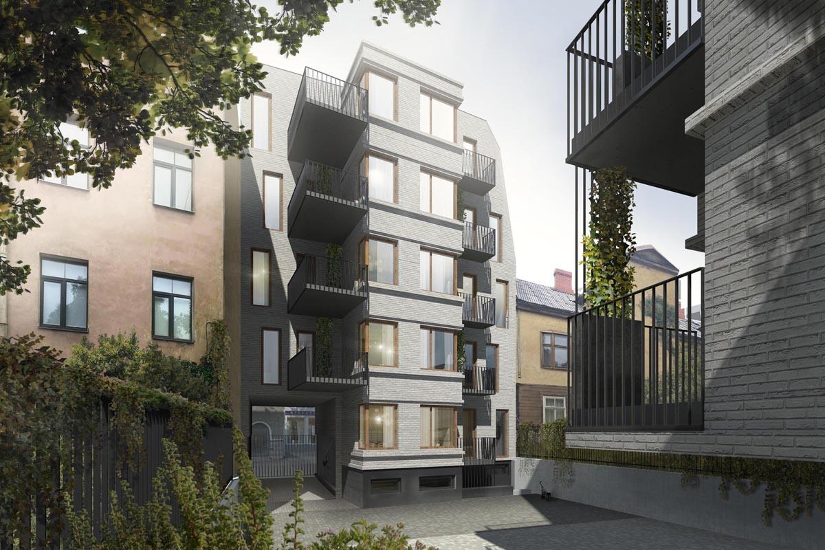 Piecstāvu daudzdzīvokļu ēkas iekšpagalma skats ar balkoniem, lieliem stiklojumiem, ķieģeļu fasādi un mazu kaķīti pagalma stūrī